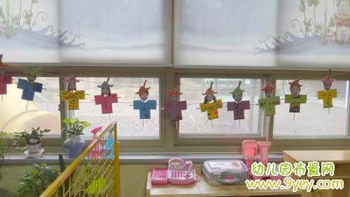 幼儿园门窗装饰图片:手工制作的纸片人_幼儿园布置网