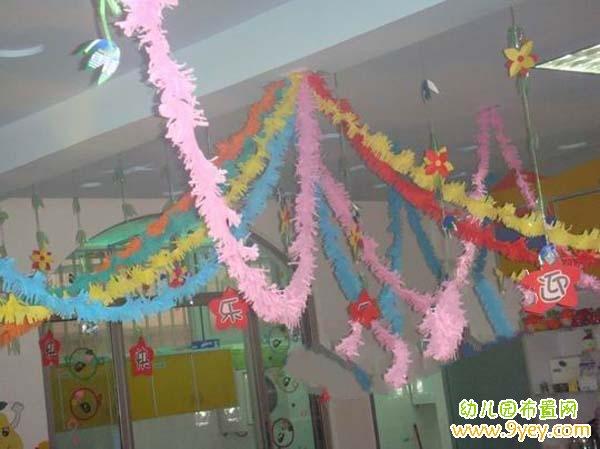 幼儿园元旦教室吊饰布置:五彩拉花