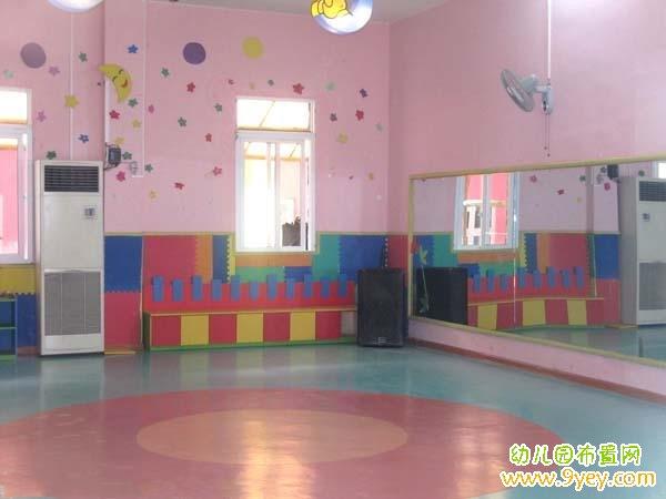 幼儿园大班教室装饰_幼儿园舞蹈室环境装饰:粉红墙饰_幼儿园布置网